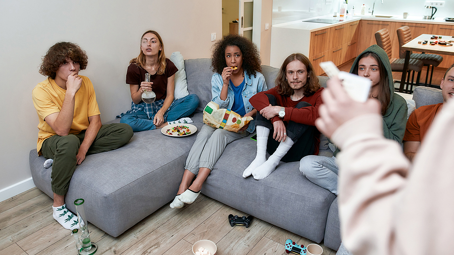 young people using the bong they bought from an online smoke shop
