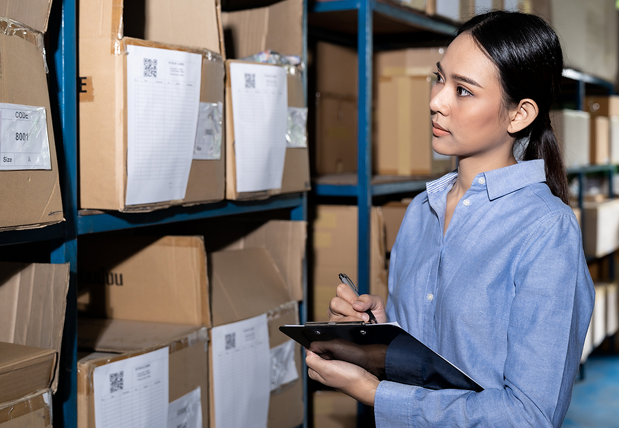 Woman doing an inventory in a 3PL warehouse